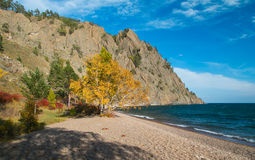 La orilla del lago Baikal en el otoño Foto de archivo libre de regalías
