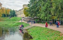 La orilla del lago de plata y del gran palacio en Gatchina Imágenes de archivo libres de regalías