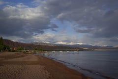 La orilla del lago Issyk-Kul, Kirguistán imágenes de archivo libres de regalías