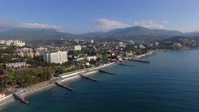 La orilla del mar de Alushta en Crimea del abejón en primavera con los embarcaderos corta el Mar Negro almacen de metraje de vídeo
