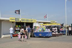 La orilla del mar hace compras en Littlehampton inglaterra Fotos de archivo