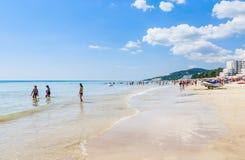 La orilla del Mar Negro, agua clara azul, playa con la arena, paraguas Foto de archivo libre de regalías