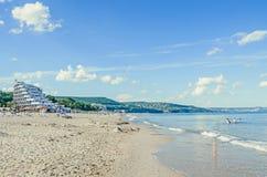 La orilla del Mar Negro con los hoteles, playa con agua clara azul y arena, cielo con las nubes mullidas Imagen de archivo