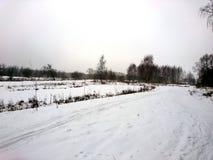 La orilla del río en una mañana fría en el invierno Foto de archivo libre de regalías