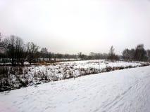 La orilla del río en una mañana fría en el invierno Fotografía de archivo libre de regalías