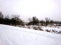 La orilla del río en una mañana fría en el invierno Fotos de archivo