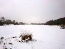 La orilla del río en una mañana fría en el invierno Foto de archivo