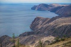 La orilla rocosa del lago Baikal Foto de archivo