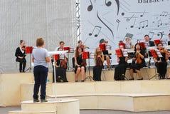 La orquesta juega en el parque de Gorki en Moscú Fotografía de archivo