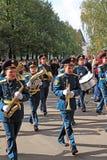 La orquesta militar en la calle de la ciudad. Imagenes de archivo