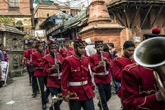 La orquesta militar nepalesa que realiza música en directo en las calles de Katmandu, Nepal Imágenes de archivo libres de regalías
