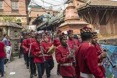 La orquesta militar nepalesa que realiza música en directo en las calles de Katmandu, Nepal Foto de archivo