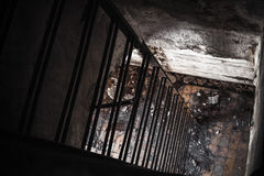 La oscuridad aherrumbró escalera del metal que iba abajo Foto de archivo libre de regalías