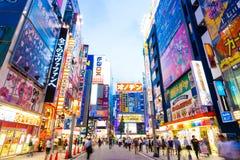 La oscuridad de Tokio Akihabara enciende las muestras H del edificio Imagen de archivo