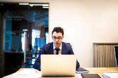 La oscuridad peló al CEO orgulloso masculino usando netbook Teclado confiado del jefe de los hombres en el cuaderno fotos de archivo