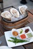 La ostra esté fresca con las hierbas y la salsa de mariscos picante fotos de archivo