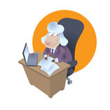 La oveja de la historieta se sienta en el escritorio de oficina en traje de negocios Fotos de archivo libres de regalías