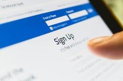 La página de Facebook con tacto del finger encendido firma para arriba la página Fotografía de archivo libre de regalías