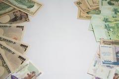 La página del marco del concepto del negocio y de las finanzas, diversos billetes de banco de las naciones del marco Foto de archivo libre de regalías