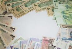 La página del marco del concepto del negocio y de las finanzas, diversos billetes de banco de las naciones del marco Imagen de archivo libre de regalías
