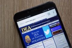 La página web del DEA de la administración de aplicación de droga de Estados Unidos exhibió en un smartphone moderno foto de archivo libre de regalías