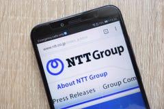 La página web del NTT del telégrafo y del teléfono de Nipón exhibió en un smartphone moderno imagen de archivo libre de regalías
