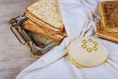 la pâque juive de vin et de matzoh panent le pain azyme de pâque images libres de droits