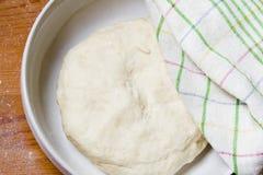La pâte dans la cuvette sous une serviette Image libre de droits