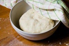 La pâte dans la cuvette sous une serviette Photos stock