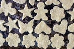 La pâte dans le sucre sur un fond foncé fleurit des étoiles d'hommes de coeurs images stock