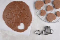 La pâte de biscuit avec des formes de coeur et un refroidissement étirent Images libres de droits