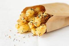 La pâte feuilletée colle avec les graines de sésame dans un sac de papier, l'espace de copie pour votre texte Photographie stock