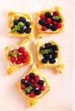La pâte feuilletée durcit avec le remplissage crème image libre de droits