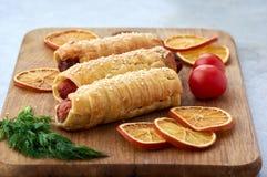 La pâte frite a enfermé des saucisses photos stock