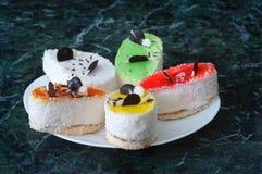 La pâtisserie colorée durcit avec du chocolat sur le fond grunge, selec Images libres de droits