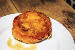La pâtisserie de catalana de Crema a servi dans le restaurant catalan, Espagne Images libres de droits
