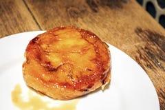 La pâtisserie de catalana de Crema a servi dans le restaurant catalan, Espagne Photographie stock libre de droits