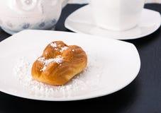 La pâtisserie de choux d'un plat blanc Image libre de droits
