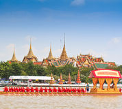La péniche décorée défile après le palais grand chez Chao Phraya River Images libres de droits