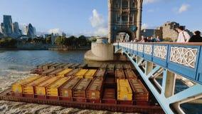 La péniche de cargaison passe sous le pont de tour, la Tamise banque de vidéos