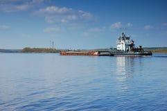 La péniche flotte sur la rivière d'Oka Photo libre de droits