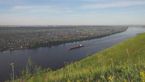La péniche sur la rivière de Kama banque de vidéos