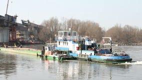 La péniche tournent autour sur le fleuve Vistule banque de vidéos
