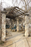 La pérgola del pasillo de la columna del jardín en un parque Foto de archivo
