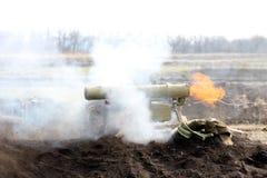 La période du tir de l'ATGM, missile guidé antichar photos stock