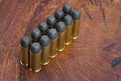 La période occidentale sauvage de cartouches de revolver sur le fond en bois Photo libre de droits