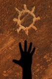 La pétroglyphe de Sun a découpé dans le grès Images libres de droits