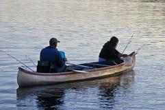 La pêche dans la frontière arrose la région de canoë Images stock