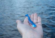 La pêche de l'attrait se trouve sur la main Photographie stock