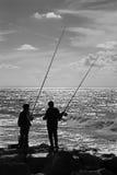 La pêche des garçons sur le bord de la mer à Tel Aviv Image stock